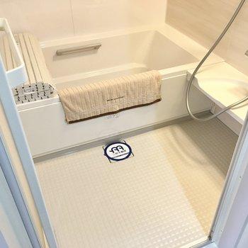 お風呂は大きいファミリーサイズ。高さがあるので、入るときには気をつけて。(※写真の小物は見本です)