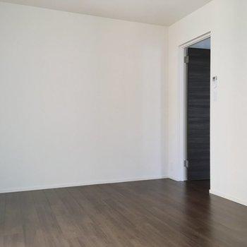 壁付けに本棚を並べて、1人用ソファを。