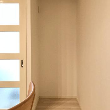 扉よこに冷蔵庫を置けますよ(※写真の家具小物は見本です)