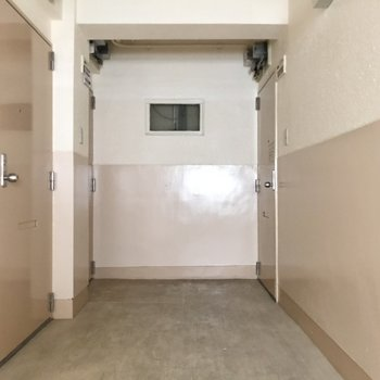 共用部は少しレトロ。左側のお部屋です!