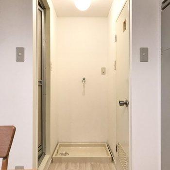洗濯機置き場前が脱衣スペースに(※写真の家具小物は見本です)