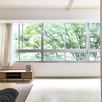 入った瞬間、窓からの景色に感動…!(※写真の家具小物は見本です)