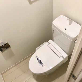 トイレも上部収納付きです。