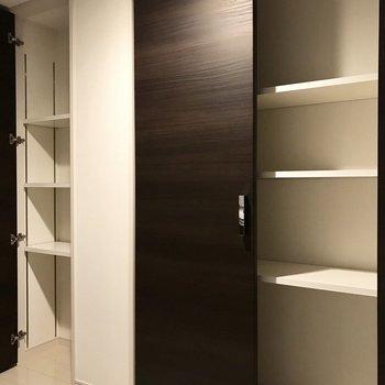 そしてキッチンスペースにはこの収納が2つ。食器棚も必要ありません♩