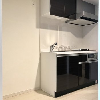 キッチンの横には冷蔵庫やラックも置けますね。