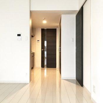 キッチンは奥まったところに。生活空間と切り離すことができますね。