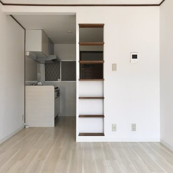 キッチンとの間にはパーテーションのかわりになる棚がありました