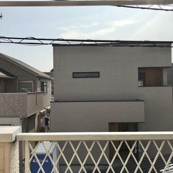 目の前の一軒家とこんにちは。視線は気になりませんがレースカーテンがあるといいかな!