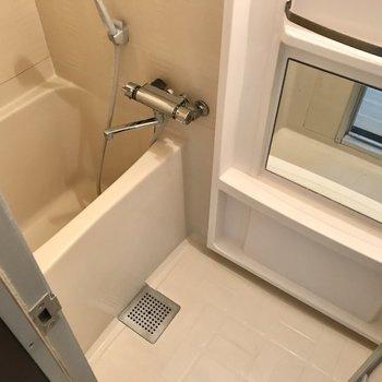 お風呂は正方形…!ただサーモ水栓で温度調節は楽ちんです◯