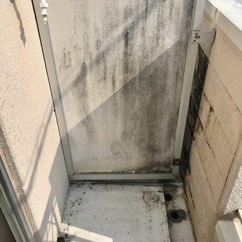 洗濯機置場は端っこに。カバーは必須ですね(※写真は清掃前のものです)