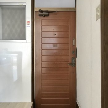 玄関のこの扉の雰囲気、好きです。もちろんモニターフォン付き◯