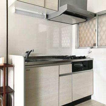 キッチンも新しめ!収納もしっかりありますよ(※写真の小物は見本です)