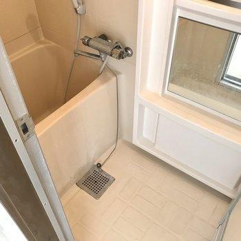 お風呂は正方形…!ただサーモ水栓で温度調節は楽ちんです◯(※写真は清掃前のものです)