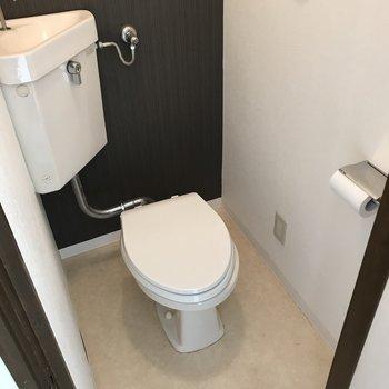 トイレはシンプルで掃除しやすそう。上には棚もありますよ!(※写真は清掃前のものです)