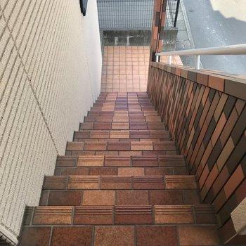 2階まではこの階段を登りましょう!