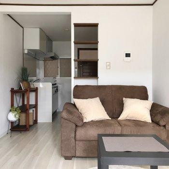 キッチンとの間にはパーテーションのかわりになる棚がありました(※写真の家具小物は見本です)