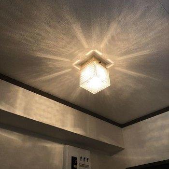 玄関の照明もレトロでカワイイでしょ!