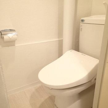 パイプの見えるトイレ。ウォシュレットはついています