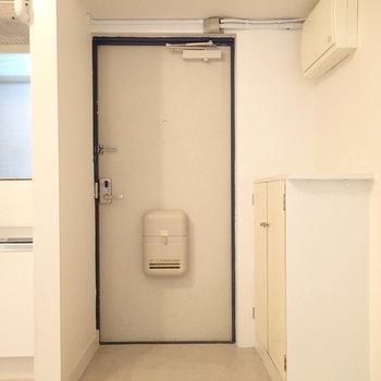 玄関もレトロ。シューズボックスも小さいですがありました