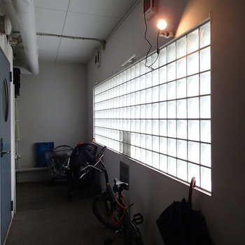 1階の共用部。ガラスブロックから淡い光が差し込みます