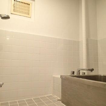 お風呂にも水色がつかわれています