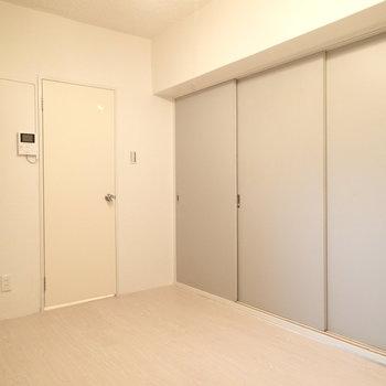 ダイニング。洋室への扉を閉めた状態。おくの白のドアから水回りへ