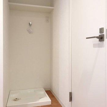 向かいに洗濯機置場とトイレ。