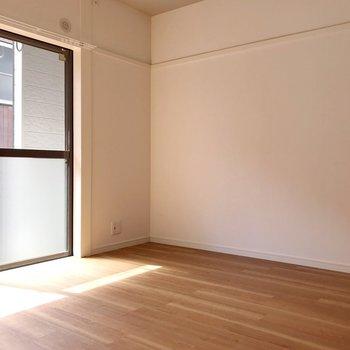 こちらはお隣、4帖の洋室。寝室として使いましょう。
