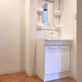 洗面台の隣にワゴンやラックを置こう。