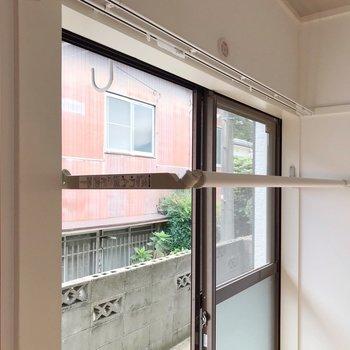 掃き出し窓の方には、部屋干しできる竿が付いています。