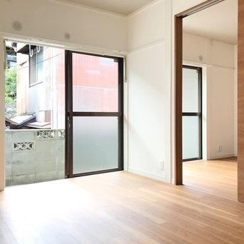 2つの洋室は引き戸で仕切って。1階だけど2つの窓から光が入ります。