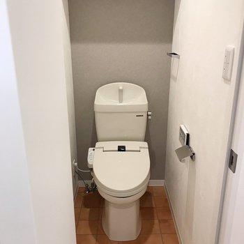 トイレはシックにグレーのクロス。ウォシュレットつきです。