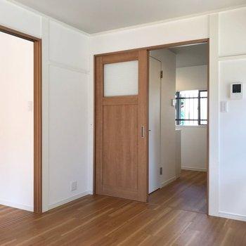 モニターホンがあります。キッチンと仕切る扉もステキ…!
