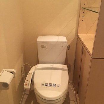トイレにも収納付き。※写真は別室です。