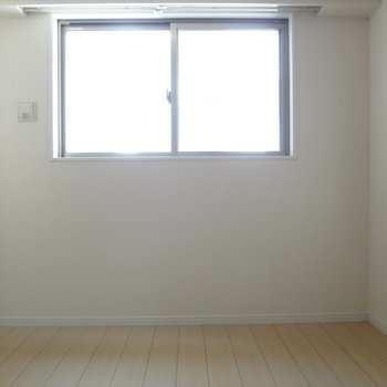 寝室にも窓が2つも。自然光で目覚める朝っていいな。※写真は3階の同間取り別部屋のものです