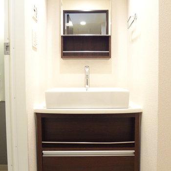 洗面台はスタイリッシュ。収納スペースもありますよ。※写真は3階の同間取り別部屋のものです