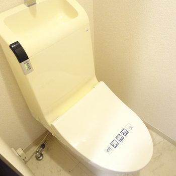 トイレはもちろんウォシュレットつき。※写真は3階の同間取り別部屋のものです