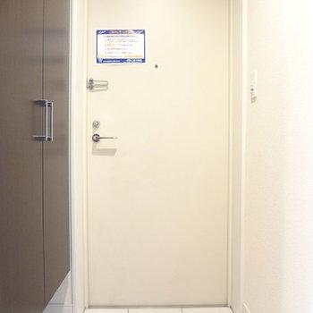 玄関はすっきりしています。※写真は3階の同間取り別部屋のものです