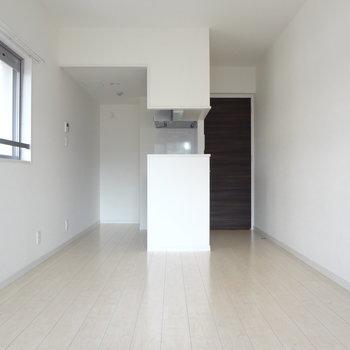 真っ白のお部屋ってやっぱりすき!(※写真は4階の反転間取り別部屋のものです)
