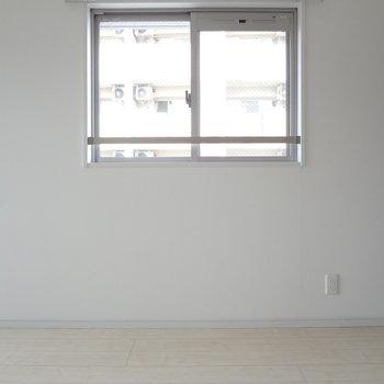 小窓もあるので昼間は電気つけなくてもいいくらい!(※写真は4階の反転間取り別部屋のものです)