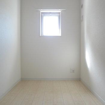 寝室にも窓が!(※写真は4階の反転間取り別部屋のものです)