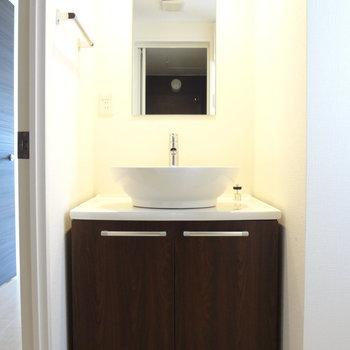 まーるい洗面台がかわいい。(※写真は4階の反転間取り別部屋のものです)