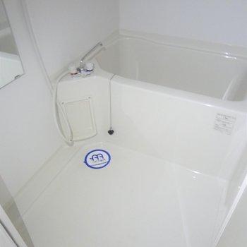 お風呂は1人暮らしには十分な広さ。