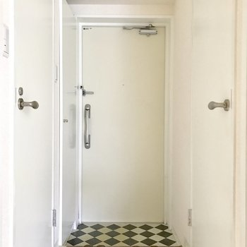 傘立ては玄関扉に磁石でくっつけるタイプのものがおすすめ。(※写真は2階同間取り別部屋のもの、家具と小物は見本です)