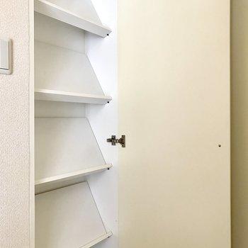 立てかける式のシューズBOX(※写真は2階同間取り別部屋のものです)
