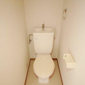 トイレは個室、棚付きです。(※写真は1階同間取り別部屋、モデルルームのものです)