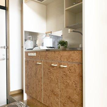 こじんまりとしたかわいいキッチン♪(※写真は1階同間取り別部屋、モデルルームのものです)