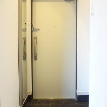 右手に棚があります。玄関も広々。