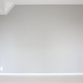 薄いグレーの壁がかわいいです。