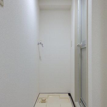 浴室横に洗濯機置場があります!